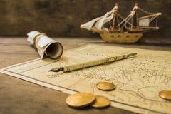 Modelo e objetos velhos de navio da navigação sobre uma cabine dos captainFotos de Stock Royalty Free