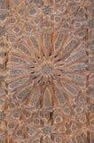 Modelo elaborado de la textura de la estrella en la puerta de madera de la mezquita en Fes, Marruecos, África del Norte imagenes de archivo