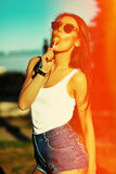 Modelo elegante atractivo en paño casual del inconformista del verano en la calle Foto de archivo libre de regalías