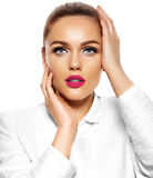 Modelo elegante atractivo hermoso con maquillaje brillante fotografía de archivo libre de regalías