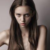 Modelo elegante com cabelo encaracolado e composição natural Estúdio sh Imagens de Stock Royalty Free