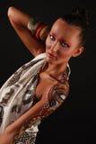 Modelo elegante con arte brillante del maquillaje y de carrocería. Imagen de archivo