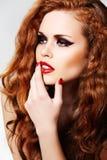 Modelo elegante con maquillaje de la manera y pelo rizado largo Fotografía de archivo