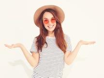 Modelo elegante de la muchacha en la ropa casual del verano que presenta en estudio Fotos de archivo libres de regalías