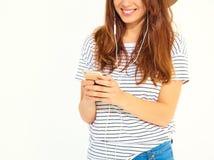 Modelo elegante de la muchacha en la ropa casual del verano que presenta en estudio Fotos de archivo