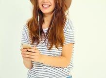 Modelo elegante de la muchacha en la ropa casual del verano que presenta en estudio Imagen de archivo libre de regalías