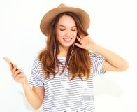 Modelo elegante de la muchacha en la ropa casual del verano que presenta en estudio Imagen de archivo