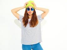 Modelo elegante de la muchacha en la ropa casual del verano que presenta en estudio Foto de archivo
