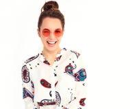 Modelo elegante de la muchacha en la ropa casual del verano que presenta en estudio Imágenes de archivo libres de regalías