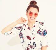 Modelo elegante de la muchacha en la ropa casual del verano que presenta en estudio Imagenes de archivo