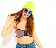 Modelo elegante de la muchacha en la ropa casual del verano que presenta en estudio Fotografía de archivo