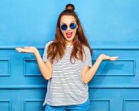 Modelo elegante de la muchacha en la ropa casual del verano que presenta en estudio Foto de archivo libre de regalías