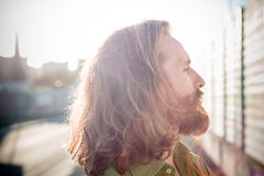 Modelo elegante del inconformista con forma de vida roja larga del pelo y de la barba imagenes de archivo