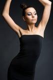 Modelo elegante no vestido preto Fotografia de Stock Royalty Free