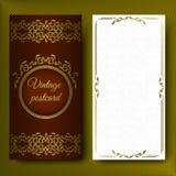 Modelo elegante, tarjeta lujosa con los ornamentos del cordón y lugar para el texto Elementos florales en un fondo rojo oscuro en Foto de archivo