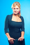 Modelo em um fundo azul Fotos de Stock