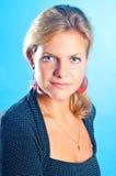 Modelo em um fundo azul Fotografia de Stock