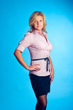 Modelo em um fundo azul Imagem de Stock