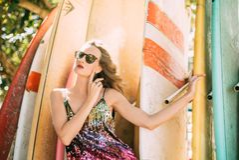 Modelo em um vestido brilhante Fundo da ressaca Mão em um pescoço fotos de stock royalty free