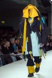 Modelo em uma passarela Fotografia de Stock Royalty Free