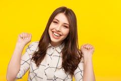 Modelo emocionado de risa que presenta en amarillo Foto de archivo