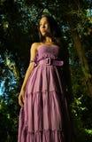 Modelo en alineada púrpura Fotos de archivo libres de regalías