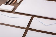 Modelo en blanco Consista en las tarjetas de visita, papel con membrete a4, pluma, e imagen de archivo