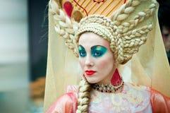 Modelo en el campeonato para el maquillaje creativo Fotos de archivo