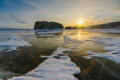 Modelo en el hielo del lago Baikal durante puesta del sol Siberia Rusia foto de archivo libre de regalías