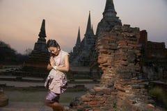 Modelo en el templo de Ayutthaya Fotos de archivo