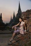 Modelo en el templo de Ayutthaya Foto de archivo libre de regalías