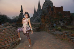 Modelo en el templo de Ayutthaya Imagenes de archivo