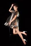 Modelo en el vestido rayado possing en estudio Fondo negro, fotos de archivo libres de regalías