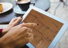 modelo en la tableta (marrón y naranja del two-tone>) Imágenes de archivo libres de regalías