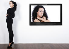 Modelo en la TV imagen de archivo