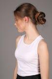Modelo en perfil derecho de la camiseta blanca Cierre para arriba Fondo gris Imagen de archivo