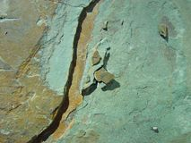 Modelo en roca foto de archivo libre de regalías