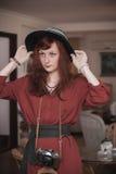 Modelo en un traje del vintage con la cámara Fotografía de archivo