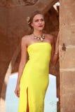 Modelo en vestido amarillo Fotos de archivo