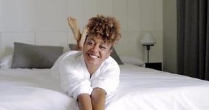 Modelo encantador en cama del hotel almacen de metraje de vídeo