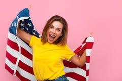 Modelo encantador que presenta feliz con la bandera Fotografía de archivo libre de regalías