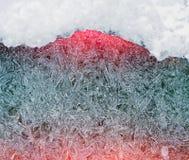 Modelo escarchado festivo hermoso con los copos de nieve blancos en un fondo azul sobre el vidrio Fotografía de archivo