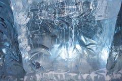 Modelo escarchado festivo hermoso con los copos de nieve blancos en un fondo azul sobre el vidrio Fotos de archivo