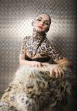 Modelo europeo joven hermoso en maquillaje y bodyart del gato Fotos de archivo libres de regalías