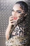 Modelo europeo joven hermoso en maquillaje y bodyart del gato Foto de archivo