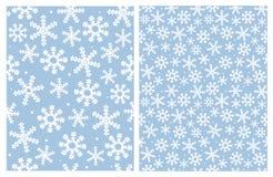 Modelo exhausto del vector de los copos de nieve de la mano brillante preciosa Fondo azul claro delicado ilustración del vector