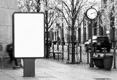 Modelo exterior preto e branco do quadro de avisos na rua da cidade imagens de stock royalty free