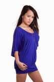 Modelo fêmea asiático novo que desgasta o vestido roxo Fotografia de Stock Royalty Free