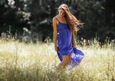 Modelo fêmea atrativo no vestido azul imagem de stock