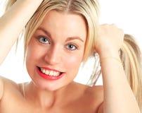 Modelo fêmea bonito que puxa o cabelo Imagem de Stock Royalty Free
